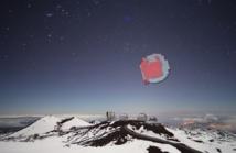 En esta imagen vemos representada, sobre los observatorios de Hawai, la cobertura en el cielo de los dos conjuntos de datos utilizados en el sondeo DANCe (la obtenida con el Canada-France-Hawaii Telescope en rojo, y la obtenida con el United Kingdom Infrared Telescope en gris). Créditos: Jean-Charles Cuillandre (CFHT). Click sobre la imagen para ampliar.