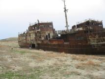 El Mar de Aral ya es irrecuperable. Barco abandonado cerca de la ciudad de Aral (Kazajistán).  Imagen:Staecker.