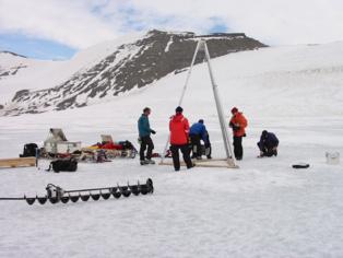 Los científicos, perforando el hielo para analizar el lago. Fuente: BAS.