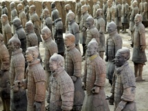 Guerreros de terracota del conjunto de más de 7.000 figuras de guerreros y caballos enterradas por el primer emperador de China en 210-209 a. C. en su mausoleo. Imagen: kevinpoh. Fuente: Flickr.