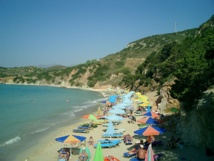 Playa de Creta, Grecia, uno de los competidores directos de España en el segmento sol y playas. Imagen: Diego Delso. Fuente: Wikimedia Commons.