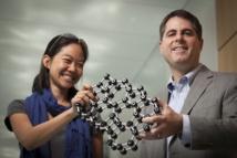 David Muller (derecha) y su colaboradora Pinshane Huang, con un modelo de la estructura atómica del cristal. Fuente: Universidad de Cornell.