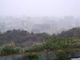 Niebla tóxica en Taipei (Taiwan). Imagen: Johntarantino1. Fuente: Wikipedia.