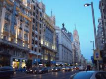 Anochecer en Gran Vía, Madrid. Imagen: Luis García. Fuente: Wikimedia Commons.