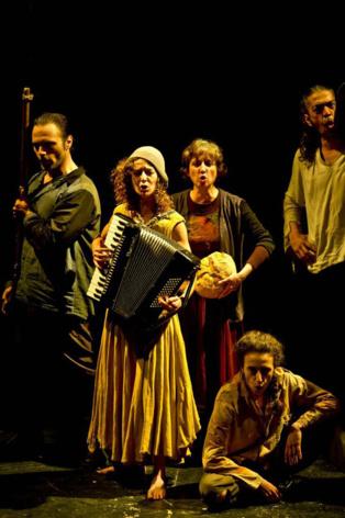 """Momento de la representación de """"Madre Coraje"""". Imagen cortesía del Teatro Alhambra de Granada."""