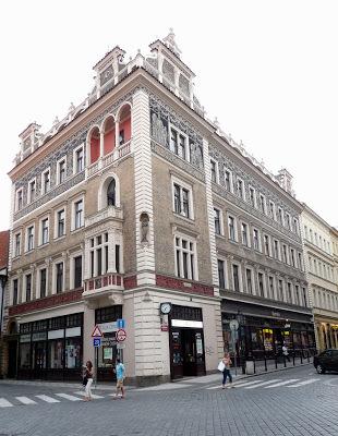 La vivienda de los padres de Max Brod,  en la  Schalengasse (Skořepka 1).  En una carta del 6 de enero de 1913 Kafka le escribió a Felice: A menudo me lamento de que haya tan pocos sitios en Praga,  al menos que yo sepa, relacionados contigo. La casa de los Brod, la Schalengasse,  el Mercado del Carbón, la Perlgasse, la Obstgasse, el Graben.  Y también el café de la Repräsentationshaus, y el salón de desayunos de La Estrella Azul  y el vestíbulo. Poco es, mi amor,  ¡pero qué relieve cobra para mí este poco sobre el plano de la ciudad! Fuente: De nada puedo ver el todo.