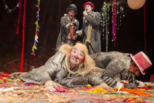 Momento de la representación. Imagen: Luis Castilla. Cortesía del Teatro Alhambra de Granada.