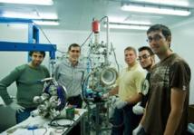 Juan José Gómez Cadenas (en el centro), con parte del equipo de NEXT ante un prototipo del experimento. Imagen: NEXT. Fuente: Sinc.