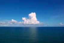 El incremento de CO2 en la atmósfera se ve amortiguado gracias a la absorción de este gas por los océanos, pero estos pagan un alto tributo por ello. En la foto, océano Atlántico en las costas de Brasil. Imagen: Tiago Fioreze. Fuente: Wikipedia.
