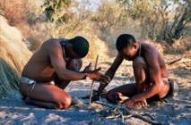 Manera tradicional de prender un fuego. Imagen: Ian Sewell. Fuente: Wikipedia.