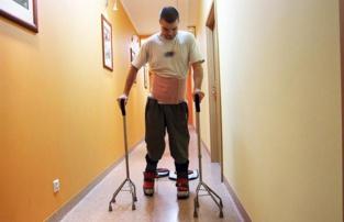 Un paciente realiza ejercicios de rehabilitación en el mismo centro que trata a Darek Fidyka. Fuente: Hospital Akson.