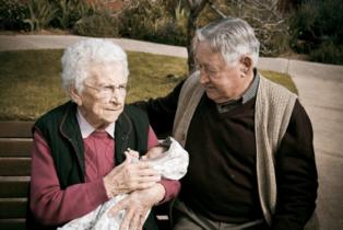 El envejecimiento de la población provocará que las defunciones superen en número a los nacimientos. Imagen: Adam Selwood. Fuente: Flickr.
