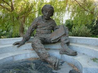 Estatua de Albert Einstein en la Academia Israelí de Ciencias y Humanidades (Jerusalén). Imagen: Effib. Fuente: Wikipedia.