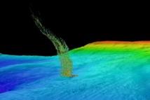 Imágenes de sónar de burbujas elevándose desde el fondo marino en la costa de Washington. La base de la columna está a 515 metros de profundidad y la parte superior, a 180 metros. Imagen: Brendan Philip. Fuente: UW.