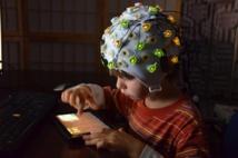 Los niños fueron monitorizados por electroencefalografía (EEG) mientras miraban a personajes animados que desarrollaban comportamientos  prosociales o antisociales, y después participaron en una tarea en la que se evaluó su generosidad. Imagen: Jean Decety. Fuente: Universidad de Chicago.