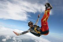 Una paracaidista en caída libre ejecutando la posición Death Dog ('perro muerto'), comprendida en la modalidad Free Fly ('vuelo libre'). Imagen: Danielvd. Fuente: Wikipedia.