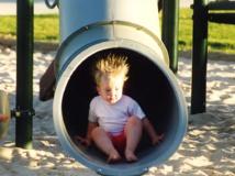 Una niña, bajando por un tobogán-tubo. Imagen: Allan Lee. Fuente: Flickr.
