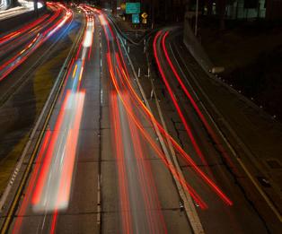 Esta foto de un lapso de cuatro segundos en una autopista en Los Ángeles muestra las complejidades de la toma de decisiones: Mientras la mayoría de conductores deciden con tiempo quedarse o salir de la autovía, alguno lo decide a última hora. Imagen: Susanica Tam. Fuente: Universidad de Stanford.