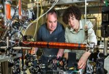El profesor Truscott (izquierda) y Khakimov, hacienod el experimento. Imagen: Stuart Hay. Fuente: ANU.