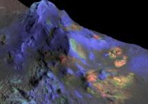 Los investigadores han encontrado vidrios de impacto conservados en cráteres de Marte como Alga (en la imagen). El verde indica la presencia de vidrio. El azul es piroxeno, y el rojo olivino. Fuente: NASA/JPL/JHUAPL/Universidad de Arizona.