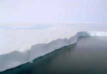 Borde de la plataforma de hielo Larsen B. El derretimiento de la superficie es visible y fluye por el borde como una cascada. Una nueva investigación proyecta una duplicación del deshielo de la superficie de las plataformas de la Antártida en 2050.. Fuente: Ted Scambos & Rob Bauer, NSIDC.