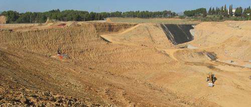 Panorámica de las obras del vertedero de Can Mata. A la izquierda, el yacimiento donde se encontraron los restos del nuevo hominoideo. Imagen: J.M. Robles. Fuente: ICP.
