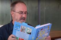 El investigador Chris Westbury, leyendo un libro de Dr. Seuss. Fuente: Universidad de Alberta.