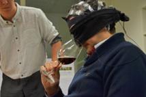El sumiller Román Cerrillo, probando el vino mientras escucha flamenco. Fuente: UPV.