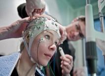 Preparación de un registro de electroencefalograma. Imagen: Adrian Moser. Fuente: Universidad de Berna.