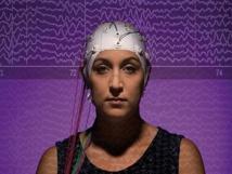 La estudiante Jenilyn Brhel, con la gorra de medición. Sus ondas están de fondo. Imagen: Jonathan Cohen. Fuente: Universidad Binghamton.
