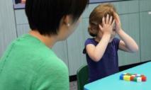 La investigadora Jenny Wang, con uno de los niños. Imagen: Dave Schmelick. Fuente: Universidad Johns Hopkins.