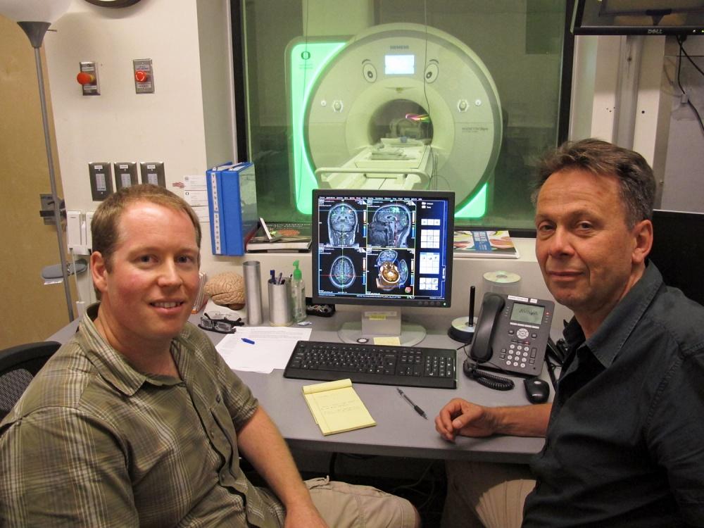El estudiante de doctorado Jason Hubbard junto con Ulrich Mayr, profesor de psicología de la Universidad de Oregon / Fuente: Universidad de Oregon