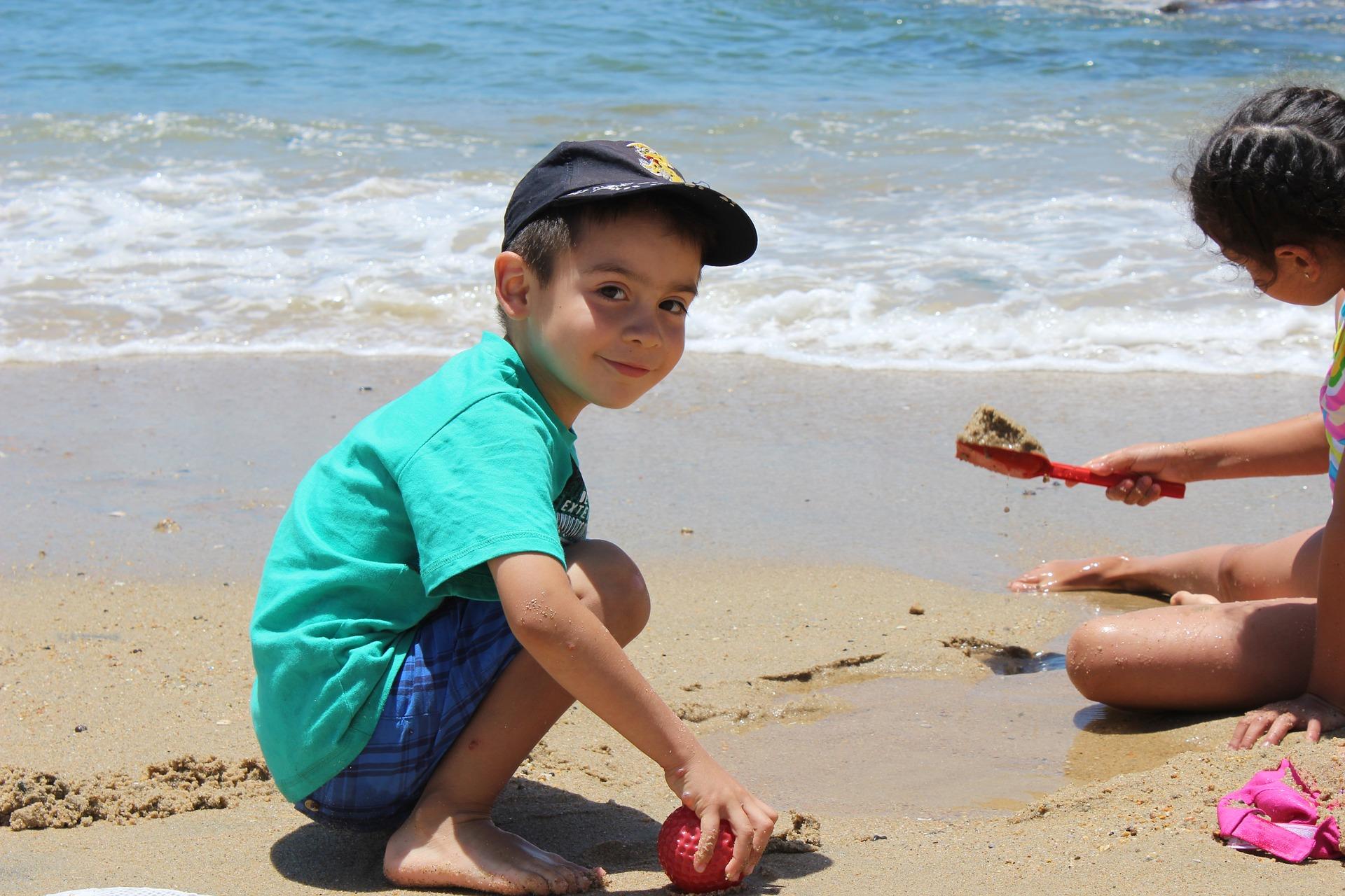 Niños jugando en una playa de Chile. Imagen: edoalmirored. Fuente: Pixabay.