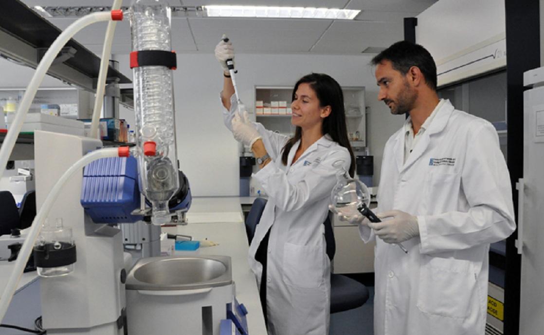 Los investigadores de Fundación Fisabio Majda Dzidic y Alejandro Mira, trabajando en uno de los laboratorios del Área de Genómica y Salud. Fuente: Fisabio.