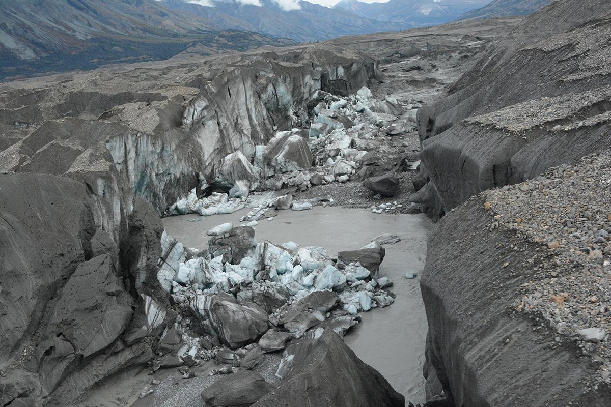 Vista parcial del glaciar Kaskawulsh, todavía con restos de hielo, que al derretirse ha orientado el agua en otra dirección, provocando la desaparición del río Slims. Jim Best / University of Illinois