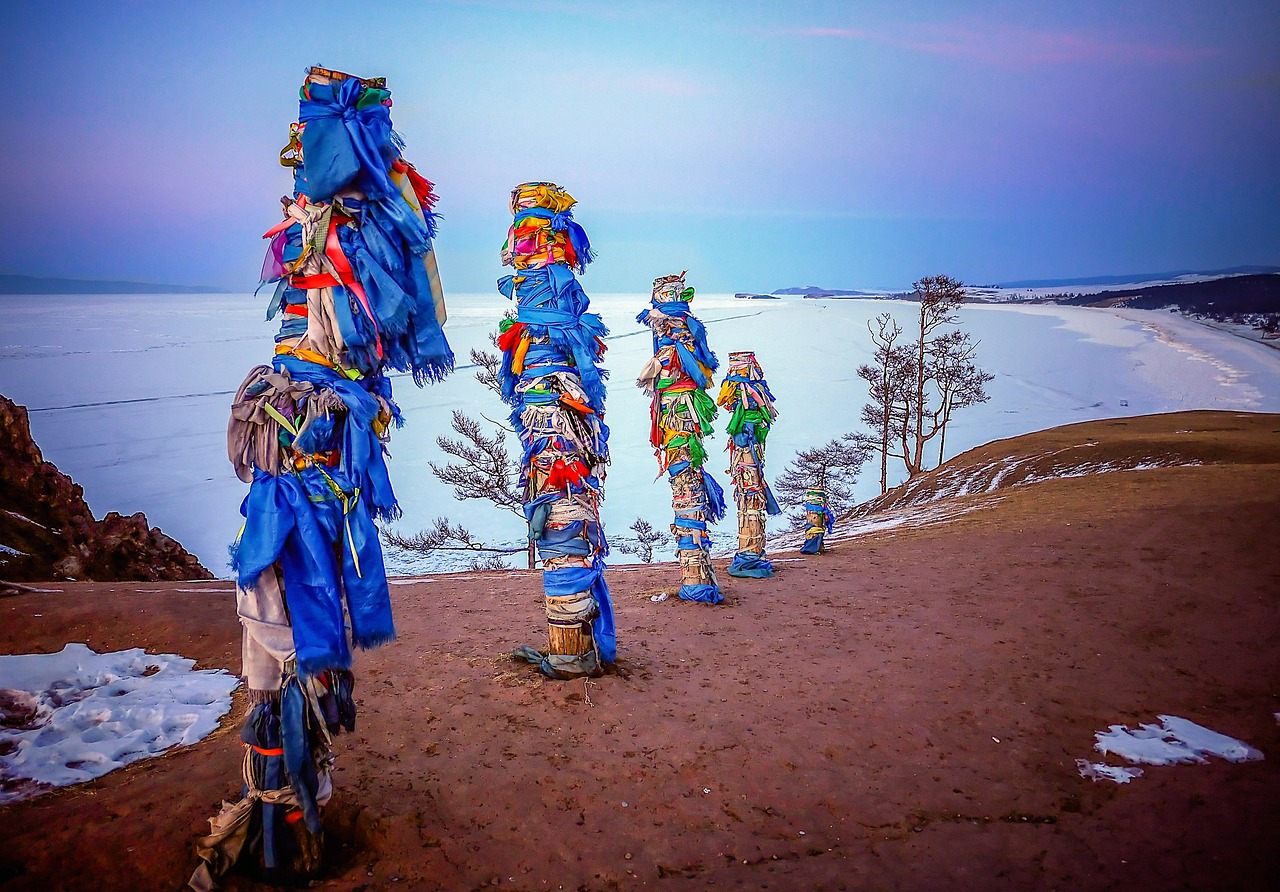 Totems chamánicos de madera en el Lago Baikal. Foto: 8Moments
