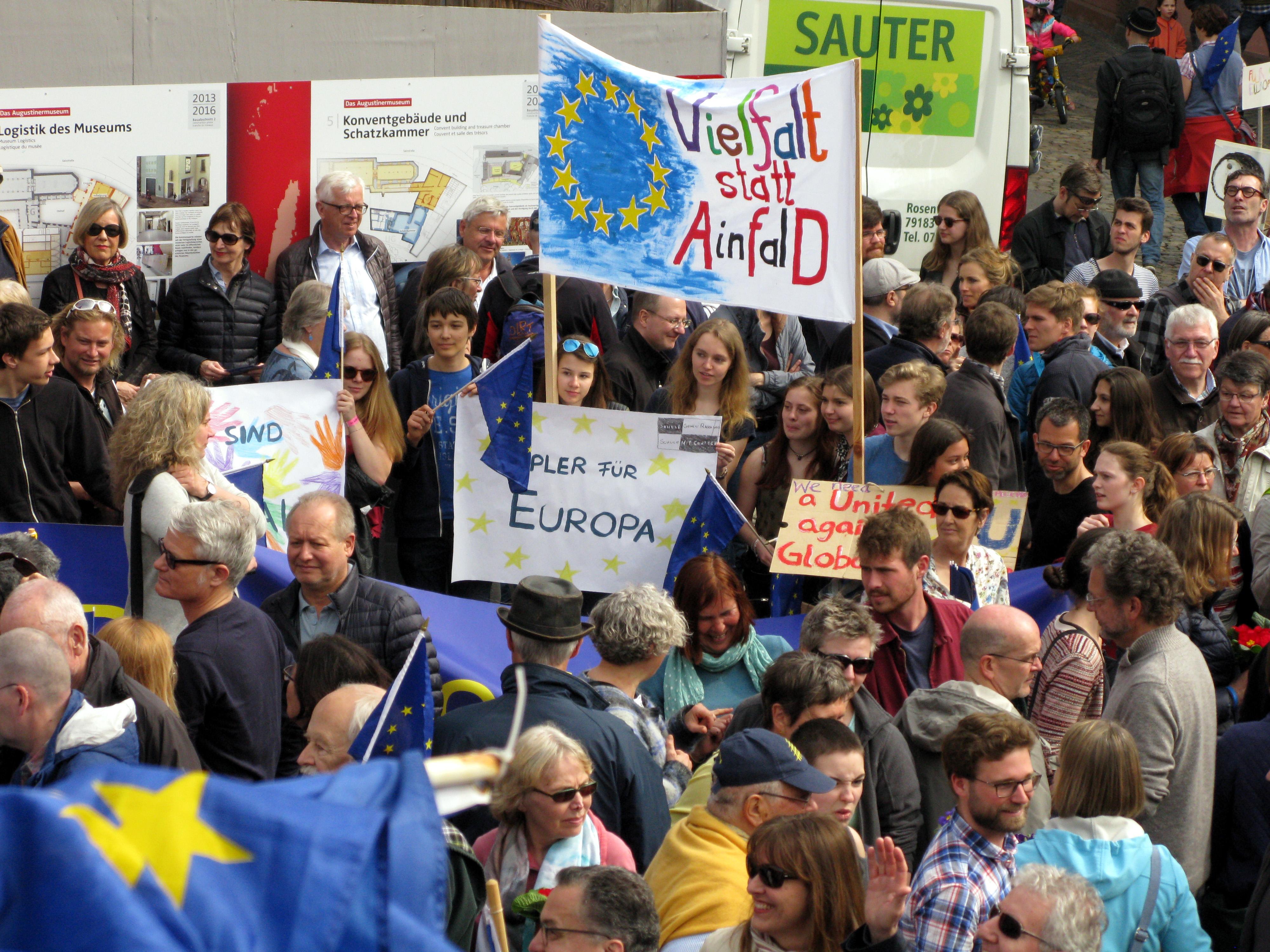 Manifestación del movimiento Pulse of Europe, una iniciativa alemana para combatir el euroescepticismo, el pasado 26 de marzo en Friburgo. Foto: Andreas Schwarzkopf