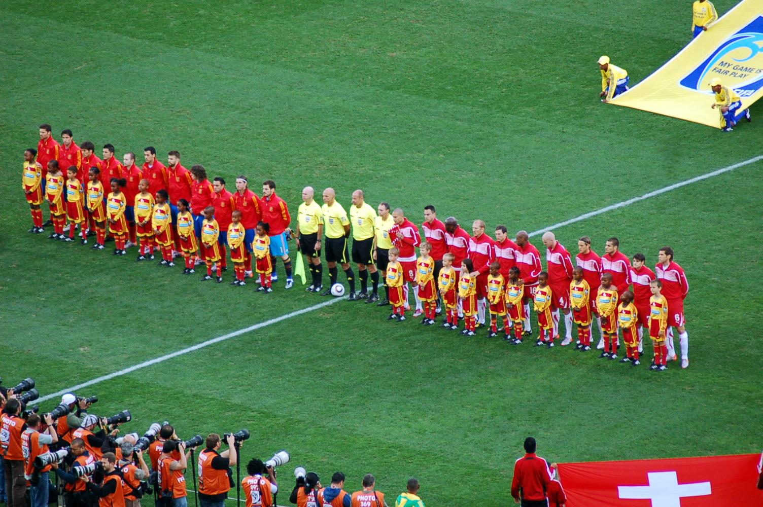Selección de España, antes del encuentro contra Suiza correspondiente a la Copa Mundial de la FIFA de 2010. Foto: jit bag.