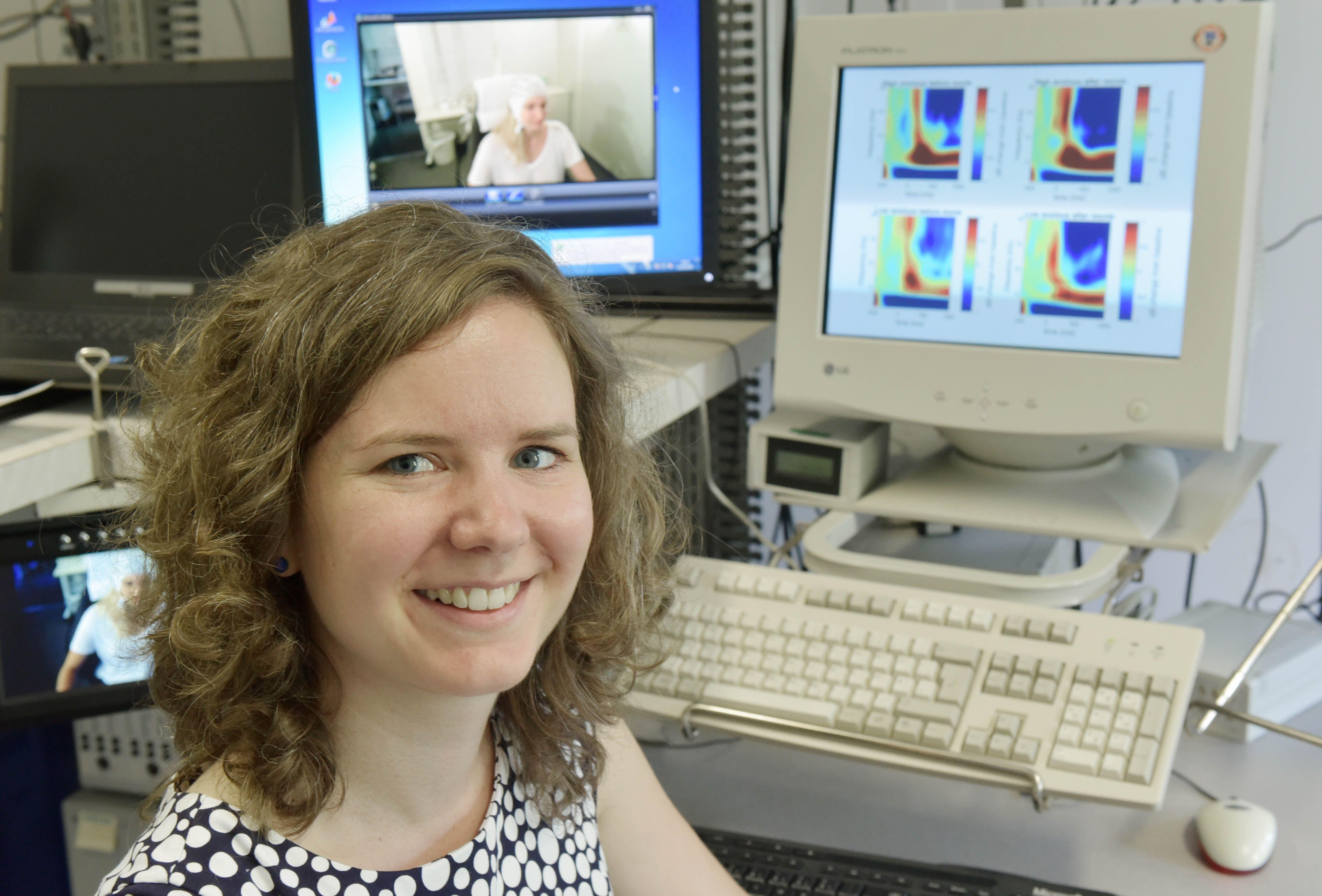 Los experimentos de Barbara Schmidt y el equipo muestran cómo usar los datos del EEG para predecir las decisiones que una persona tomará en situaciones específicas. Foto: Jan-Peter Kasper/FSU.