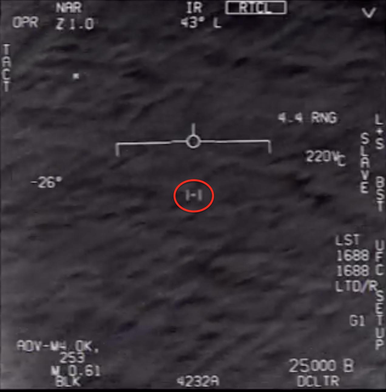 Imagen de un OVNI tomada por un avión F/A-18 de la Armada norteamericana en 2015. El OVNI puede observarse dentro del círculo rojo.  Parzival191919.