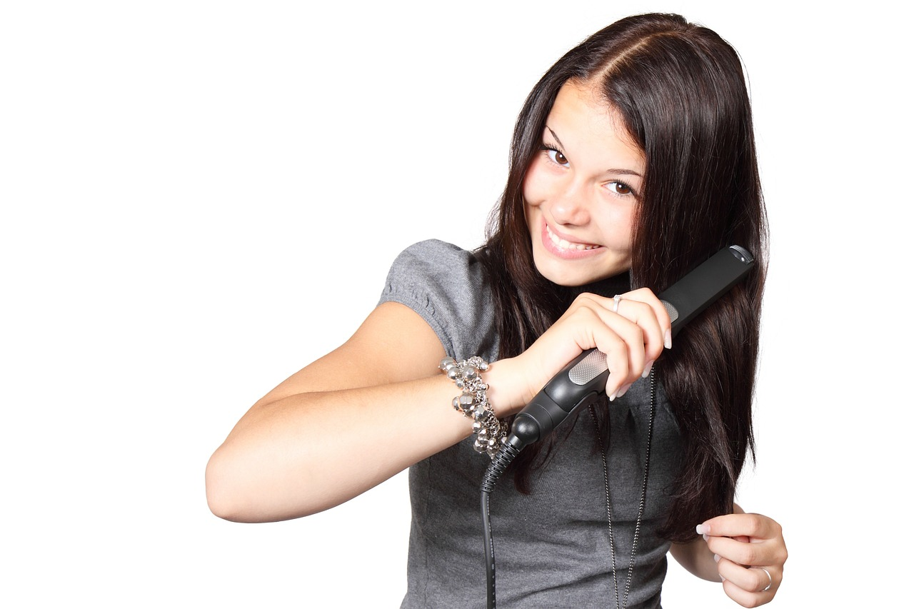 El planchado del pelo se ha generalizado entre adolescentes. Foto: Public Domain Pictures.