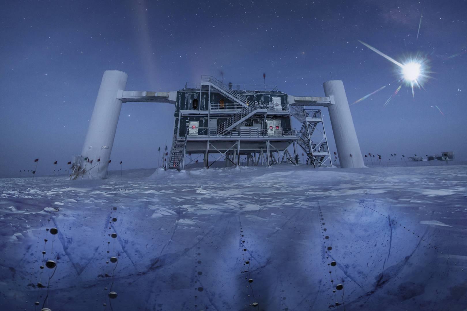 Imagen real del IceCube Lab, con sus sensores esféricos (llamados DOM) bajo el hielo para detectar neutrinos. / IceCube/NSF