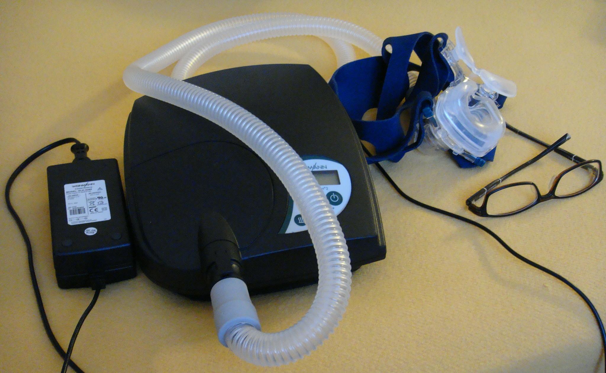 Se ha demostrado que el uso de máquinas CPAP mejora algunos de los trastornos cognitivos relacionados con la apnea obstructiva del sueño. Imagen: Wikimedia Commons.