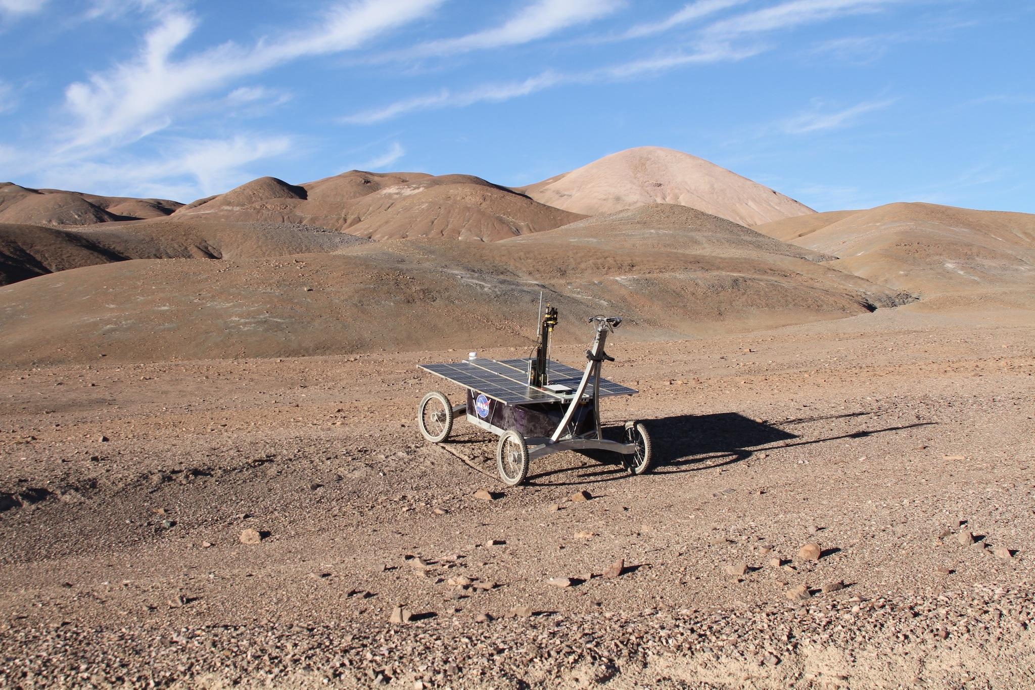 El rover de la NASA recogió con éxito muestras de sedimentos hasta una profundidad de 80 centímetros en el subsuelo del desierto chileno de Atacama. Imagen: Prof. Stephen B. Pointing / Frontiers.