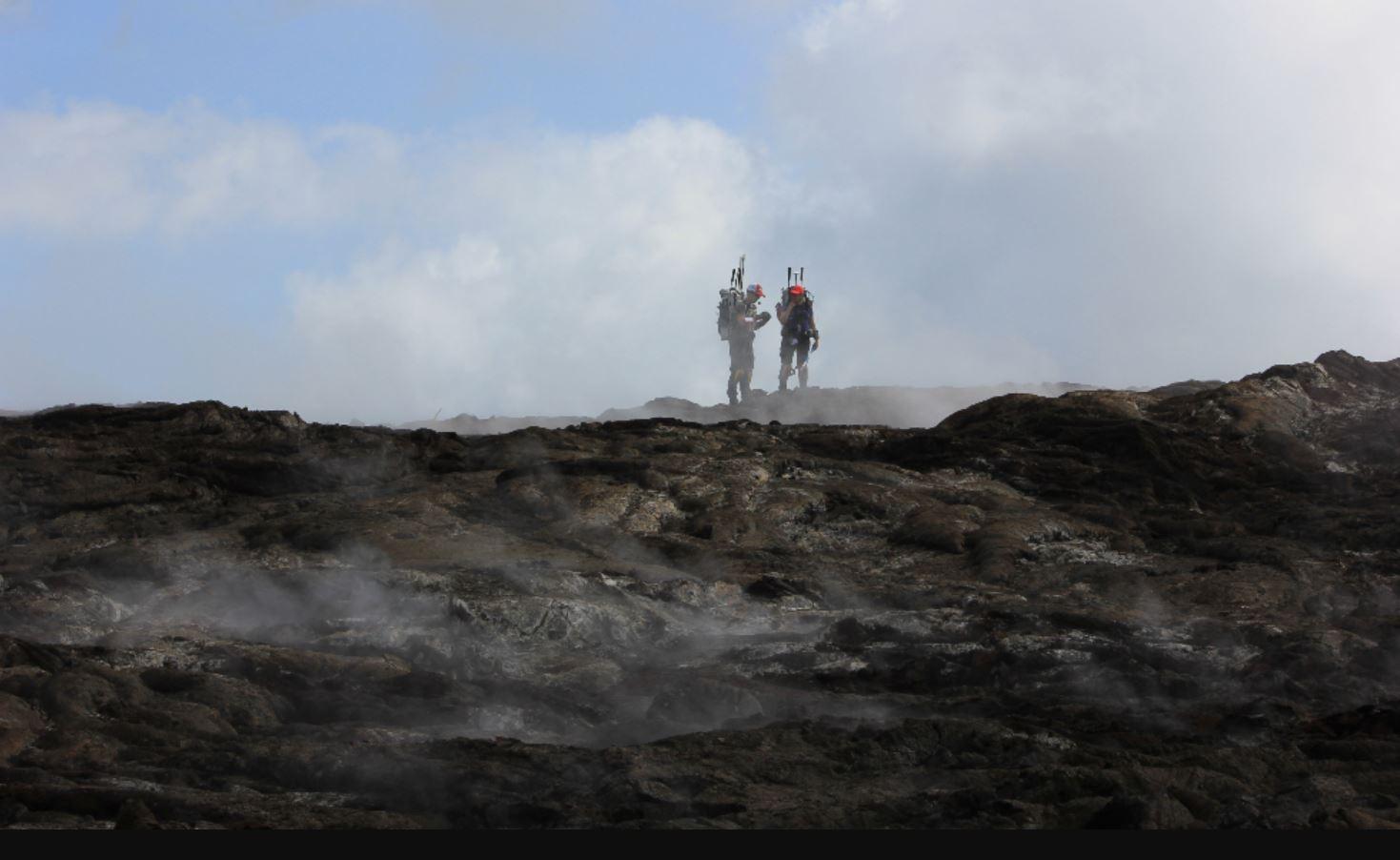 Allyson Brady y su colega en el Parque Nacional de los Volcanes de Hawái. Imagen: Zara Mirmalek / McMaster University.