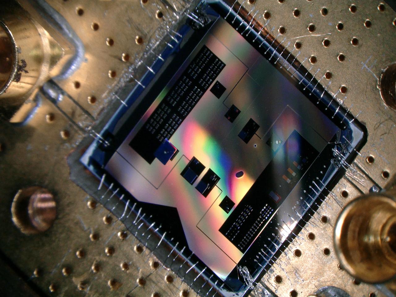 Este chip cuántico (1x1 cm) permite a los investigadores escuchar la señal de radio más débil permitida por la mecánica cuántica. Imagen: Delft University of Technology.