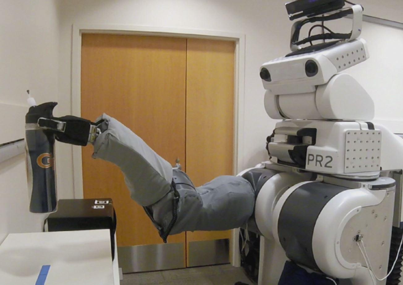 Un PR2 controlado de forma remota por un individuo con dificultades motoras recoge una taza. Imagen: Phillip Grice / Georgia Tech.