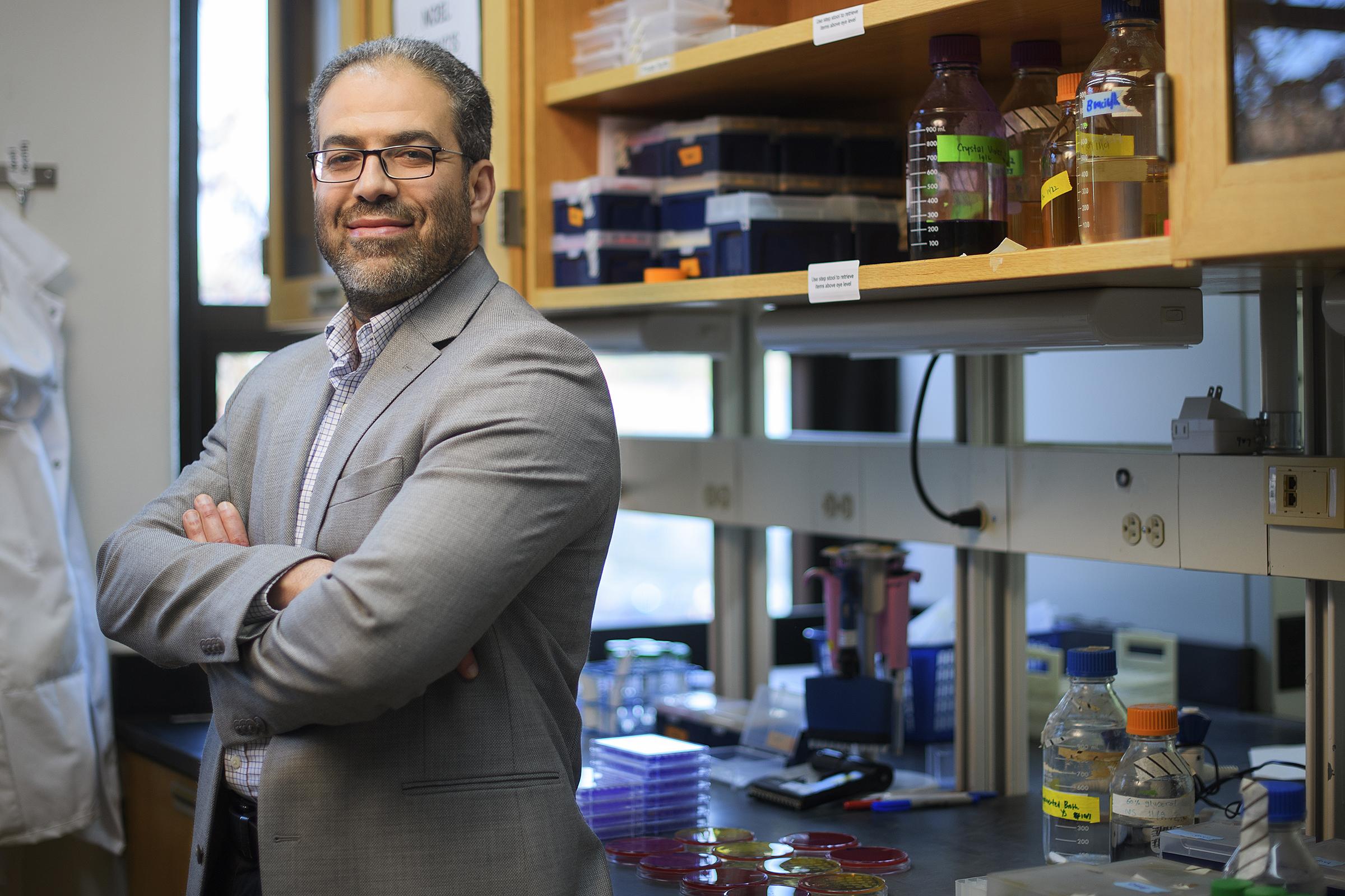 Mohamed Seleem, profesor de microbiología en la Universidad de Purdue (Indiana), ha creado un nuevo método para tratar las infecciones por MRSA mediante la luz azul. Foto: Rebecca Wilcox. Universidad de Purdue.