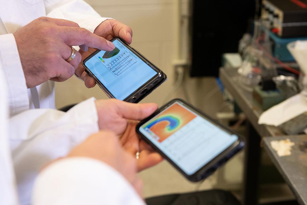 Un equipo de científicos ha desarrollado un nuevo enfoque para realizar simulaciones de la electrofisiología del corazón en tiempo real en teléfonos móviles. Imagen: Allison Carter / Georgia Tech.