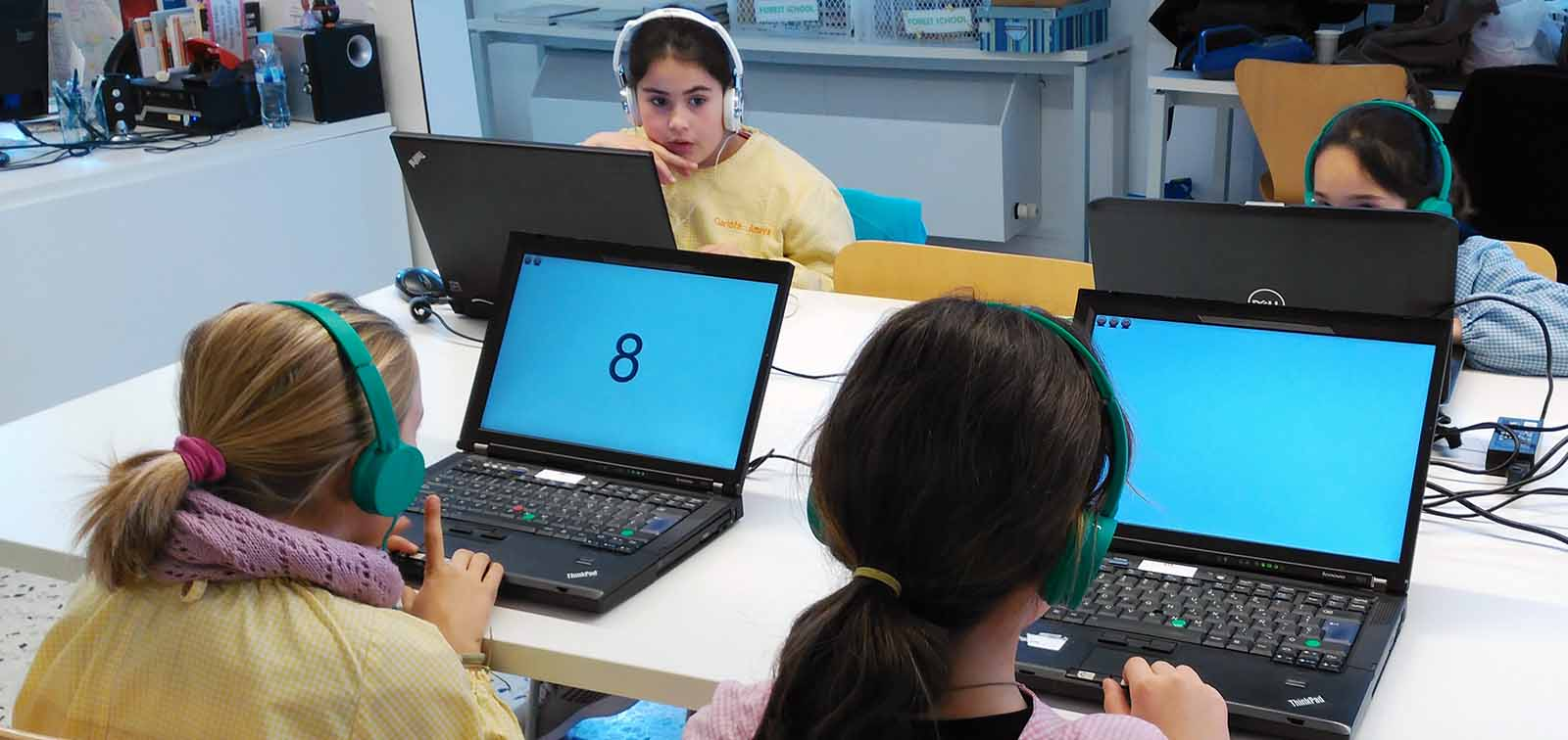 Participantes del proyecto Breathe realizando tests por ordenador. Foto: ISGlobal.